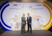 Ông Trần Hùng Huy, chủ tịch ACB và ông Larry Madge, tổng giám đốc Sun Life Việt Nam bắt tay khởi đầu cho sự hợp tác giữa hai bên